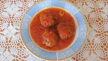 Chiftele cu sos de rosii